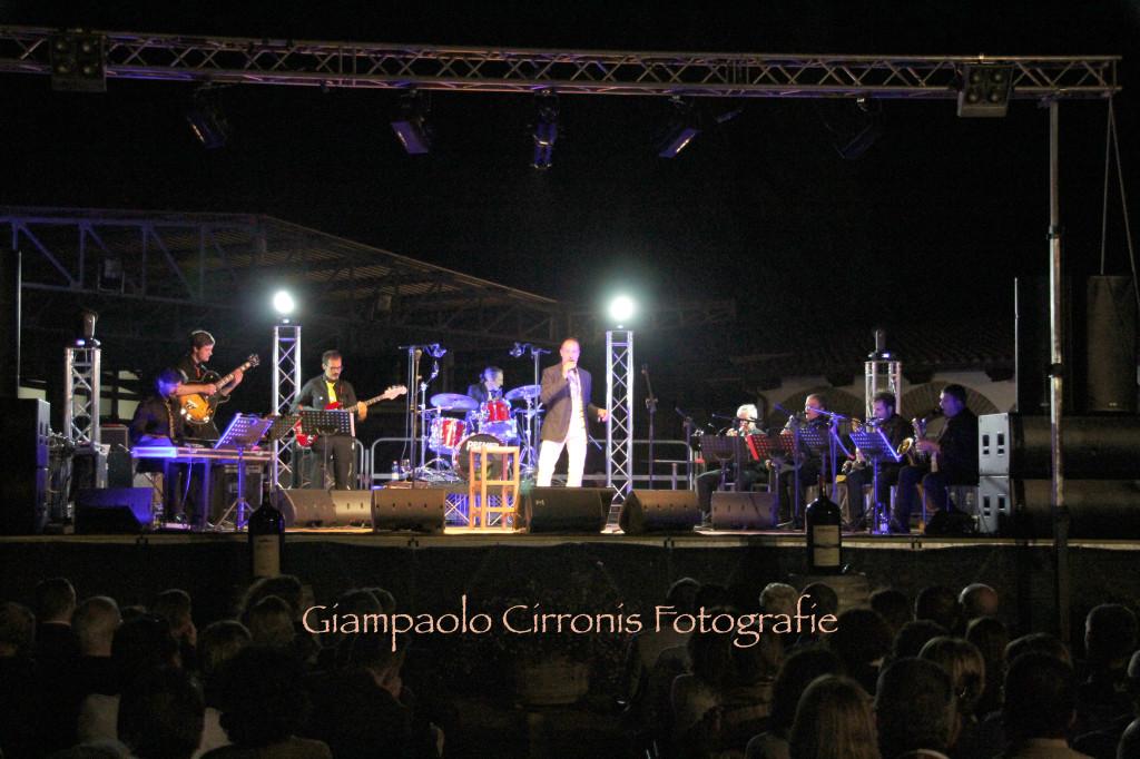 """Esordio col botto alla Cantina Santadi per """"Carignano Music Experience 2013"""". Massimo Lopez ha incantato i 1.000 spettatori presenti."""