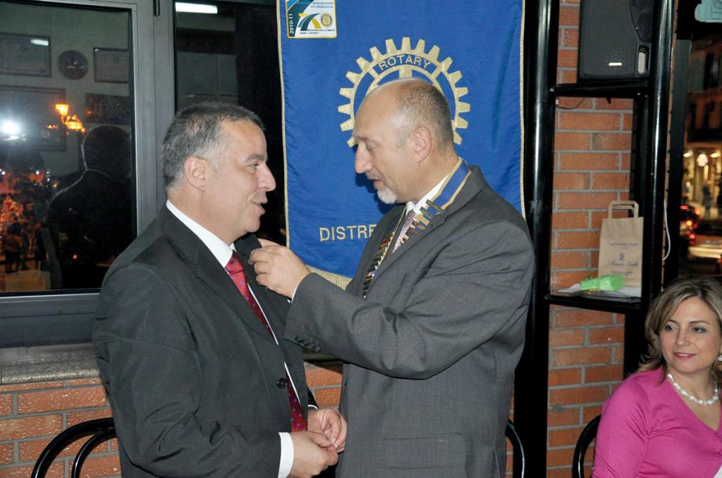 Piergiorgio Delrio è il nuovo presidente del Rotary Club di Iglesias. Il 5 luglio 2013 ha ricevuto la campana da Giuseppe Licari.