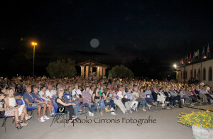 Il pubblico entusiasta per l'esibizione di Massimo Lopez.