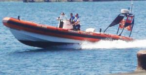 Madre e figlio tratti in salvo dalla Guardia Costiera di Portoscuso, su un piccolo gommone davanti a Portoscuso.