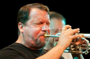 Rob Mazurek chiude stasera la sua tre giorni al festival jazz di Sant'Anna Arresi, Cecil Taylor ha dato forfait per la serata di giovedì 29 agosto.