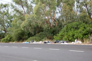 Si fa sempre più grave il fenomeno delle discariche abusive ai bordi delle strade.