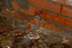 Consistenti perdite idriche in alcune strade a Carbonia.
