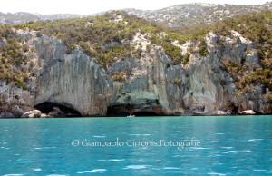 Nella costa ogliastrina, sulle tracce della foca monaca. Tra grotte, cale e acque cristalline in uno dei punti più incontaminati del Mediterraneo.