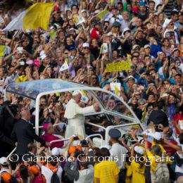 Il Papa ha concluso la sua visita in Sardegna. «La mancanza di lavoro toglie la dignità alle persone ma vi invito ad avere coraggio e a continuare a lottare».