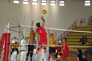 Volley Iglesias sconfitto sul campo dei Lupi Santa Croce, 3 a 1, nella 1ª giornata del campionato di B1. Ieri sera esordio vincente per la VBA/Olimpia Sant'Antioco: 3 a 2 al 4 Torri Ferrara.