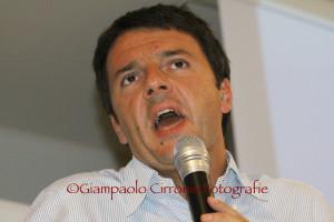 Il sindaco di Firenze, Matteo Renzi, ha vinto le primarie tra gli iscritti del Partito Democratico, con il 46,7%, contro il 38,4% di Gianni Cuperlo.