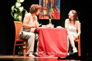 """Grande successo al Teatro Centrale di Carbonia per lo spettacolo """"Il tempo di una lavatrice"""", una brillante commedia sul rapporto di coppia."""