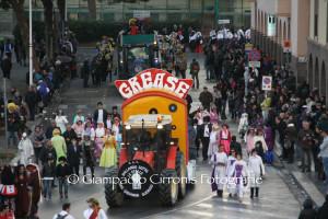 Il tempo incerto non ha fermato la sfilata di Carnevale di Carbonia, il primo premio è andato al carro Grease di San Giovanni Suergiu.