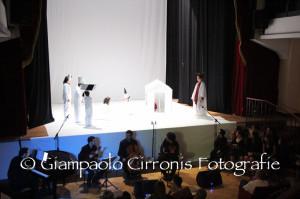 """Grande successo per l'anteprima, questa sera, al Teatro Electra di Iglesias, dell'opera lirica inedita per voci bianche ed orchestra """"ZinBumBum – Edina e i ricordi di carta""""."""