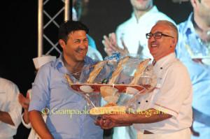 Christian Masia premia Andreino Fois, vincitore della prima edizione.