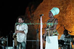 Grande musica, ieri sera, all'Arena Fenicia di Sant'Antioco, con Enzo Favata e Dudu Manhenga.