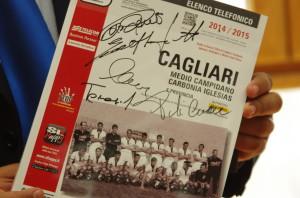 L'elenco telefonico Cagliari e provincia 2014/2015 autografato dai campioni d'Italia 1969/1970.