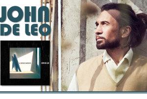 """John De Leo affiancherà Hamid Drake il 28 dicembre sul palco del PalaNuraghe del Festival """"Ai confini tra Sardegna e Jazz""""."""