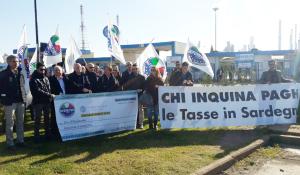 Manifestazione dei Riformatori davanti ai cancelli della Saras: Chi inquina in Sardegna deve pagare in Sardegna. Ma la Giunta Pigliaru se ne infischia».