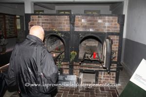 Modetso davanti al forno crematorio