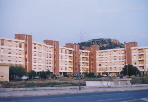 Il comune di Carbonia spiega che la cura dei palazzi di via Ospedale non è di sua competenza.