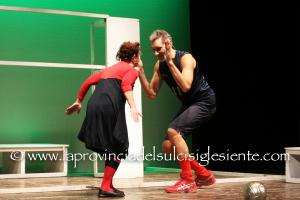 """Grande successo, domenica e lunedì, al Teatro Centrale di Carbonia, per l'opera teatrale """"La leggenda del pallavolista volante""""."""