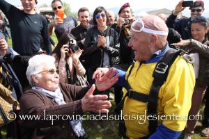Modesto Melis ha festeggiato il suo 95° compleanno lanciandosi con il paracadute da 4.000 metri nel cielo di Serdiana.