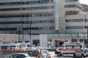 I carabinieri hanno arrestato un paziente del Brotzu che con una gamba ingessata ha rubato una sedia a rotelle ed è fuggito.