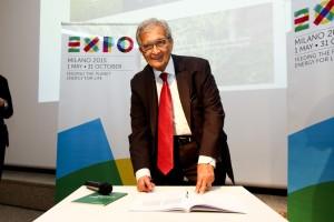 A Expo 2015, il Premio Nobel Amartya Sen firma la Carta di Milano.