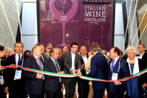 """Il ministro Martina ha inaugurato ufficialmente """"Vino – A tastle of Italy"""", il primo padiglione del vino a Expo 2015."""