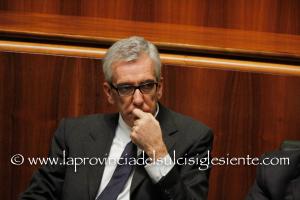 Una busta da lettera con quattro cartucce da fucile e minacce al governatore Pigliaru e ad altri tre politici è stata fatta recapitare oggi al Consiglio regionale della Sardegna.