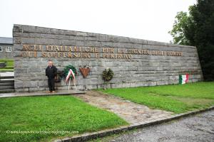 Modesto Melis davanti al monumento agli italiani 2