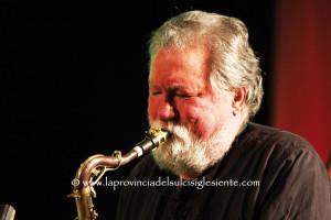 """Sarà Evan Parker, martedì sera, ad aprire il XXX Festival """"Ai confini tra Sardegna e Jazz"""" con un solo dedicato alla memoria di Butch Morris."""