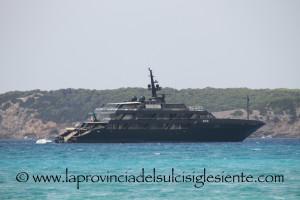 Il mega yacht dello stilista Giorgio Armani oggi a Porto Pino.