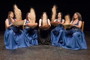 """Giovedì sera, il Teatro Actores Alidos porterà in scena lo spettacolo-concerto """"Galanìas"""" all'Anfiteatro di Piazza Marmilla, a Carbonia."""