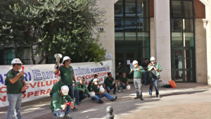 Nuovo sit-in dei lavoratori Eurallumina stamane davanti all'assessorato regionale dell'Ambiente.
