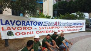 Nuovo sit-in dei lavoratori Eurallumina, stamane, davanti all'assessorato regionale dell'Ambiente. Sono stati ricevuti dal capo di Gabinetto.
