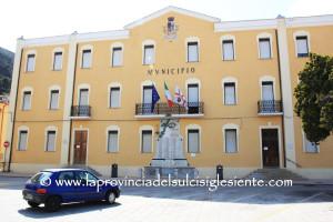 Nuovo attentato contro un amministratore locale, la scorsa notte è stata bruciata l'auto del sindaco di Villacidro Marta Cabriolu.