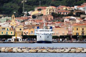 A mezzanotte la società di navigazione pubblica Saremar chiude i battenti e inizia l'era della società di navigazione privata Delcomar.