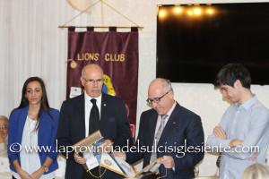 Rotary e Lions di Carbonia ieri sera hanno premiato i due studenti più meritevoli diplomati negli istituti superiori cittadini nel 2014/2015.