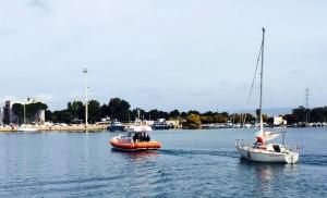 """La motovedetta della Guardia Costiera di Sant'Antioco ha soccorso una barca a vela francese incagliata in località """"Is Pruinis""""."""