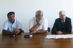 Due rappresentanti dei pescatori con il sindaco di Sant'Antioco in una foto d'archivio.
