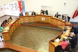 Riunione del Consiglio comunale di San Giovanni Suergiu, stamane, per l'approvazione del rendiconto della gestione 2015 e l'assestamento del bilancio.
