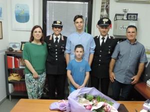 A Calasetta due carabinieri fuori servizio hanno salvato un giovane che aveva incautamente ingerito un tappo di plastica.
