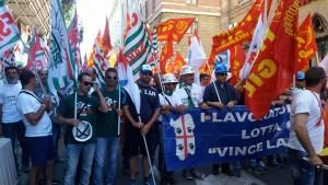 Un migliaio di lavoratori metalmeccanici hanno sfilato per il centro di Cagliari per il rinnovo del contratto e per l'emergenza disoccupazione giovanile.