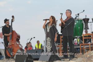 """La cantante israeliana Noa al festival """"Appetitosamente"""" di Siddi il 2 agosto 2014."""