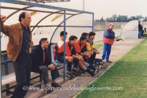 Marco Congiu sulla panchina dell'Iglesias, al suo fianco il presidente Ignazio Badalamenti.