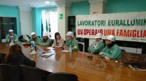 I lavoratori Eurallumina hanno occupato l'assessorato regionale della Difesa dell'Ambiente.