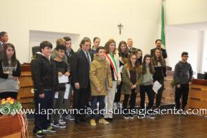 Il sottosegretario Domenico Rossi tra i sindaci e gli studenti nella sala consiliare di San Giovanni Suergiu.