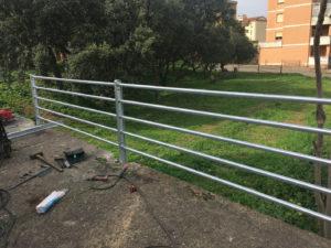 Sono iniziati, in diverse zone di Iglesias, i lavori di posa in opera di nuovi parapetti in acciaio zincato.