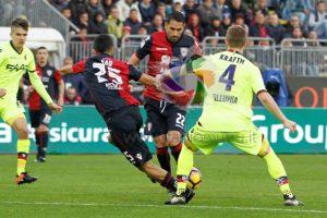 Marco Borriello e Marco Sau impegnati nella partita con il Bologna.