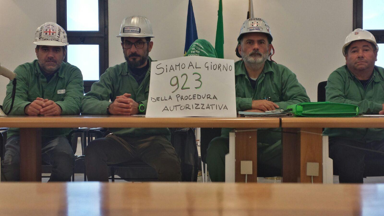 Ancora un rinvio per l'Eurallumina, i lavoratori in occupazione nel Palazzo della Regione.