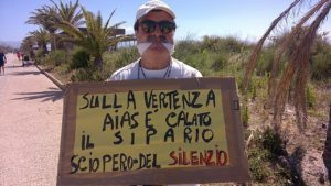 Nuova clamorosa manifestazione di protesta di Antonello Repetto davanti alla sede Aias di viale Poetto, a Cagliari.
