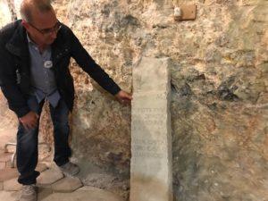 Nei sotterranei del San Giovanni di Dio, nel primo giorno di Monumenti aperti, è stata ritrovata una lastra con scritte in latino.